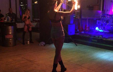 Feuerspuckerin aus Duisburg